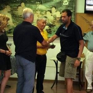 Ο έφορος Τεχνικής Κολύμβησης Στράτος Λιαρδάκης βραβεύει τον παλαιότερο αθλητή της ομάδας μας, τον Αντώνη Ασκοξυλάκη