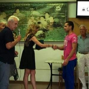 Η δημοτική σύμβουλος Χαρά Γιαννοπούλου βραβεύει τον αθλητή μας Κυριάκο Αηβαφειάδη