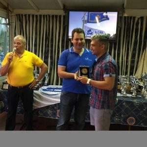 Ο ταμίας του Ομίλου μας Κωνσταντίνος Νίκας, βραβεύει τον αθλητή μας Άρη Μούκα